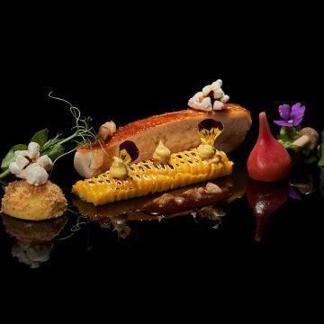 Da horta do The Cliff Bay chega o milho que divide com a galinha bio o protagonismo deste prato da carta do Il Gallo D'Oro no PortoBay Hotels & Resorts. Ingredientes simples que, graças a uma interpretação ousada, a uma execução irrepreensível e a uma apresentação fora de série, ganham todo um novo fulgor!