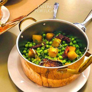 Fiel às suas raízes, Bertilio Gomes tem na carta da sua Taberna Albricoque estes chocos com batata doce, uma homenagem aos produtos da terra e do mar do seu sempre delicioso Algarve.