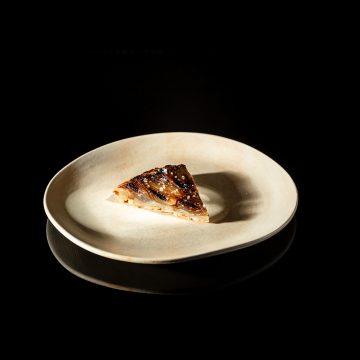 Inspirada na tarte tatin, a tarte de cebola do chef Vasco Coelho Santos é também uma tarte invertida que neste caso tem como ingrediente principal a cebola caramelizada. Outra grande diferença está na massa! A da tarte tatin é massa quebrada, muito rica em manteiga, mas neste caso a base não tem manteiga mas sim gordura de carne maturada.
