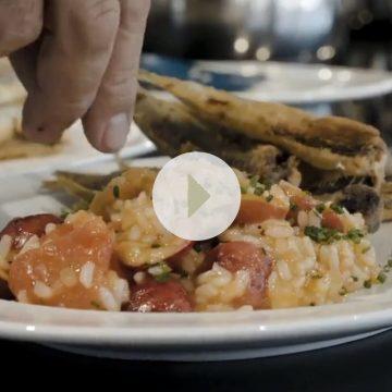 Sardinhas com arroz de tomate e cerejas