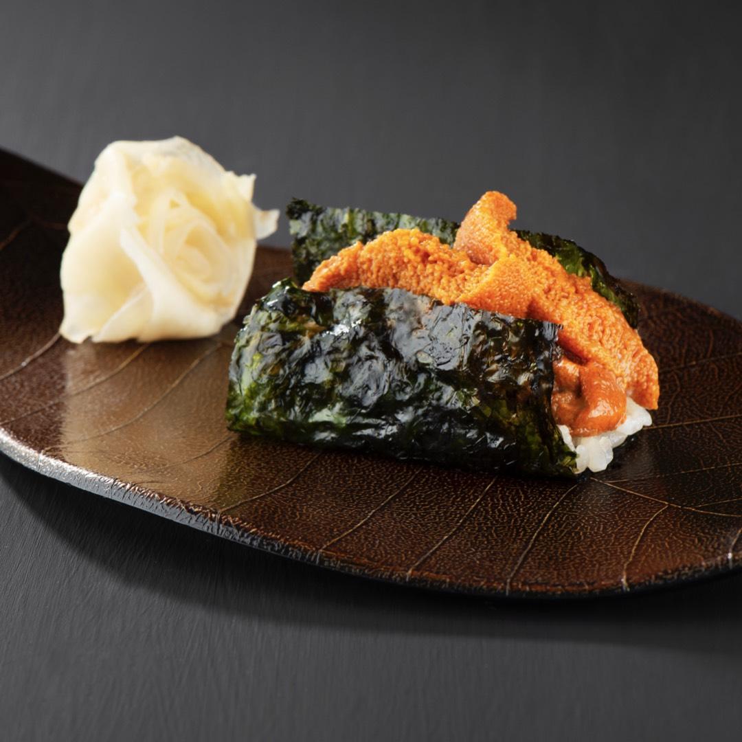 Sushi de ouriço do mar enrolado em folha nori